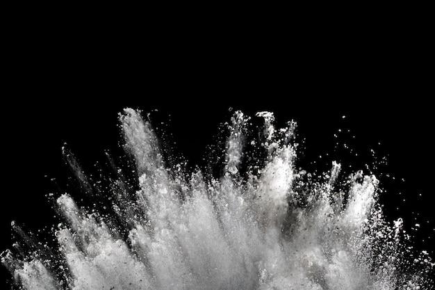 Weiße puderexplosion auf schwarzem.