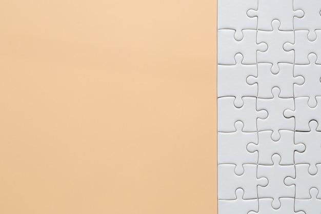 Weiße puzzlestücke auf rosa