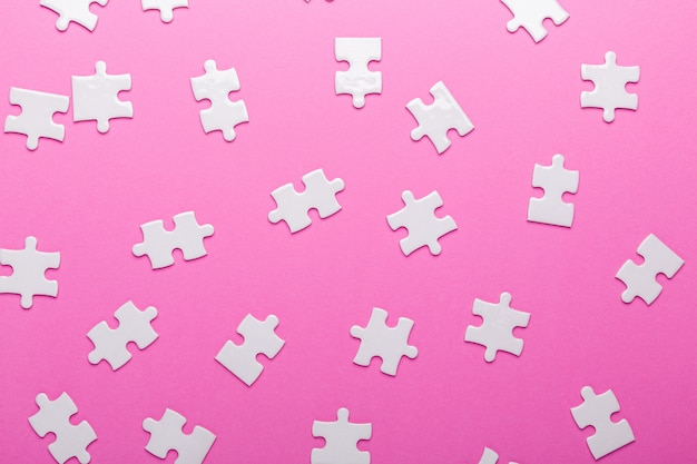 Weiße puzzleteile. ansicht von oben