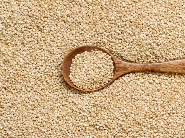 Weiße quinoa mit einem holzlöffel nahaufnahme