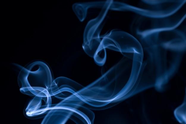 Weiße rauch-auflistung auf schwarzem hintergrund