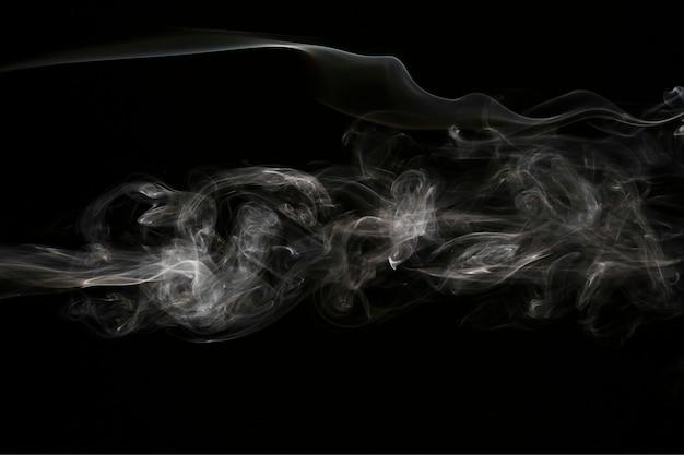 Weiße rauchüberlagerung auf schwarzem hintergrund