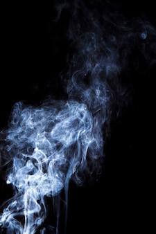 Weiße rauchverbreitung überlagert auf schwarzem hintergrund