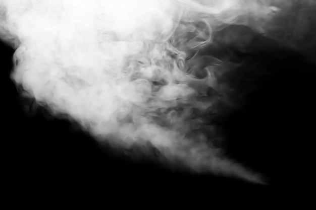 Weiße rauchwolke im dunkeln