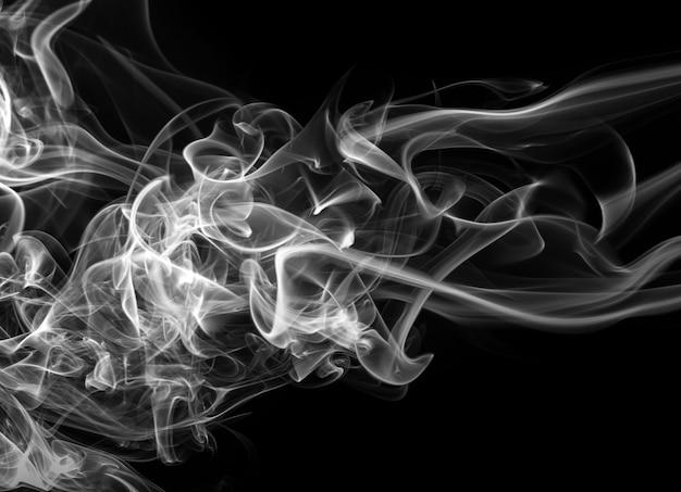 Weiße rauchzusammenfassung auf schwarzem hintergrund, dunkelheitskonzept