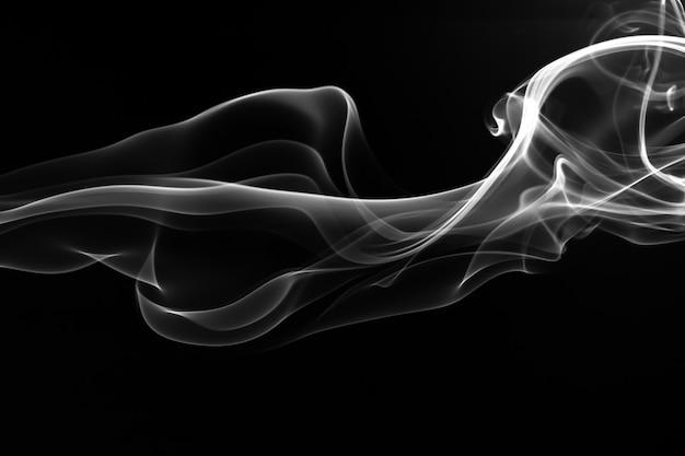 Weiße rauchzusammenfassung auf schwarzem hintergrund, feuer