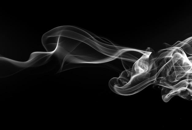Weiße rauchzusammenfassung auf schwarzem hintergrund, feuerdesign