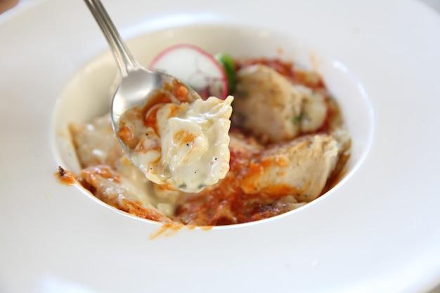 Weiße raviolisauce mit gegrilltem hähnchen und käse