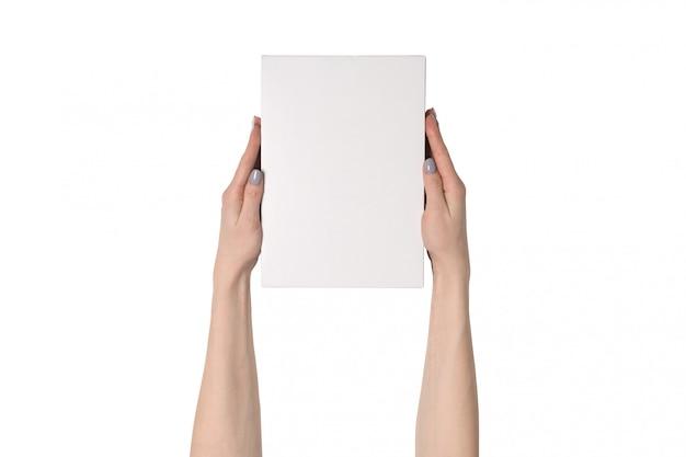 Weiße rechteckige box in weiblichen händen.