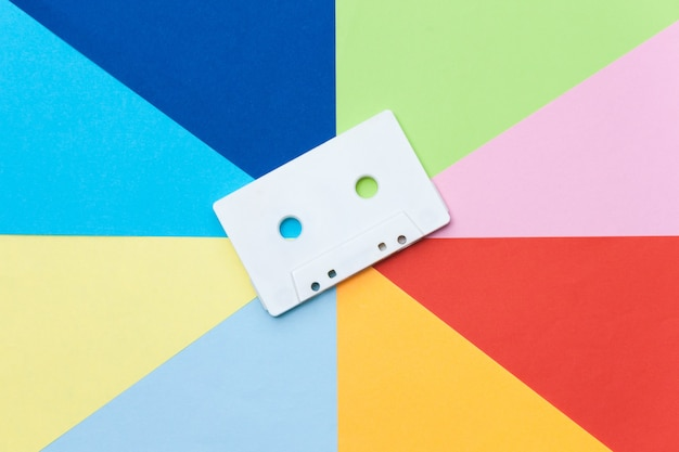 Weiße retrobandkassette auf mehrfarbigem hintergrund, kreatives konzept.