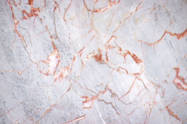 Weiße rissige marmorplatte mit kupferfarbmustermusterhintergrund, detail des alten bodens der architektur