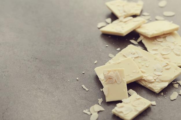 Weiße rissige schokolade
