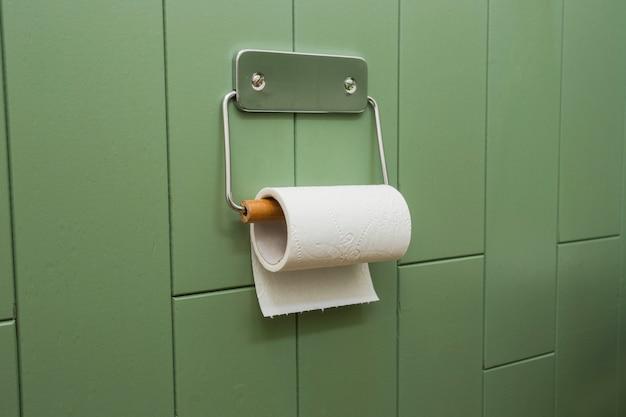 Weiße rolle des weichen toilettenpapiers ordentlich hängend