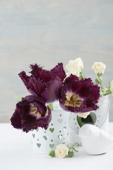 Weiße rose und lila tulpen