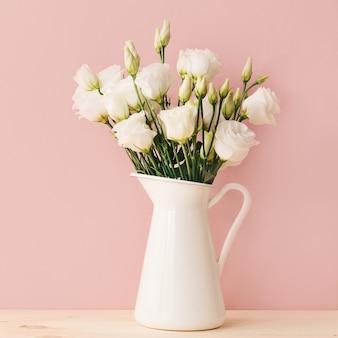 Weiße rosen im weinlesevase