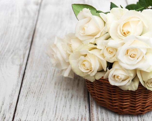 Weiße rosen in einem korb