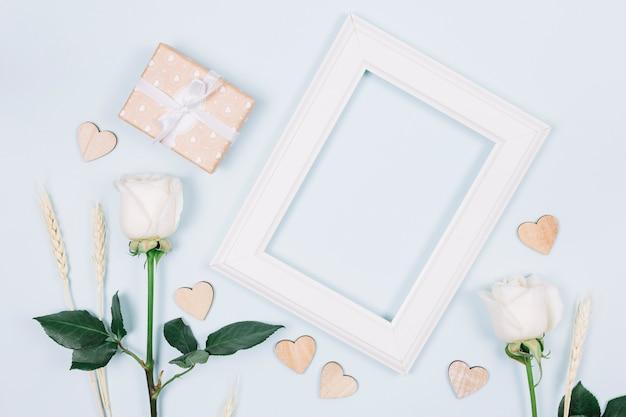 Weiße rosen mit einem rahmen