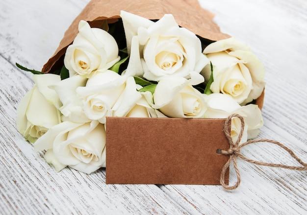 Weiße rosen mit tag