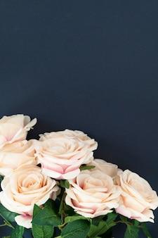 Weiße rosenmuster auf blauem hintergrund