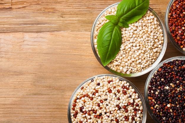 Weiße, rote, schwarze und gemischte rohe quinoakörner