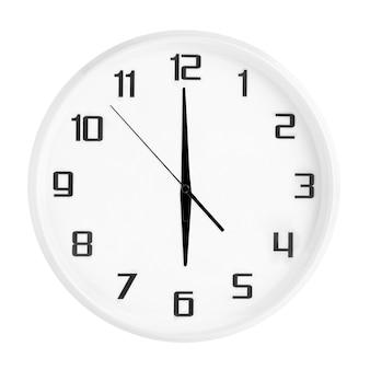 Weiße runde bürouhr, die sechs uhr zeigt, isoliert auf weiß. leere weiße uhr mit 18 uhr oder 6 uhr