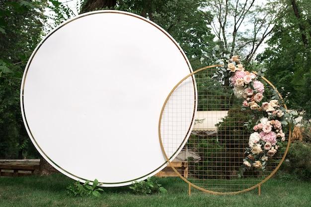 Weiße runde europäische arthochzeit photozone verziert mit blumen
