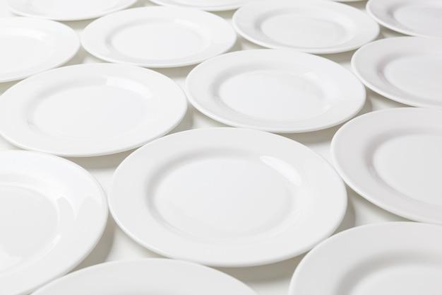 Weiße runde platten getrennt auf weiß
