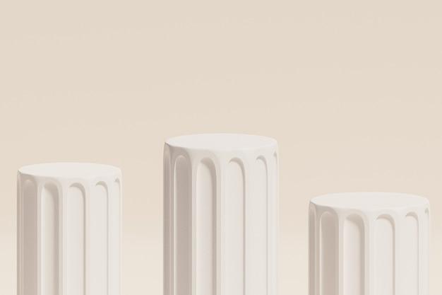 Weiße säulenpodeste auf beiger wand