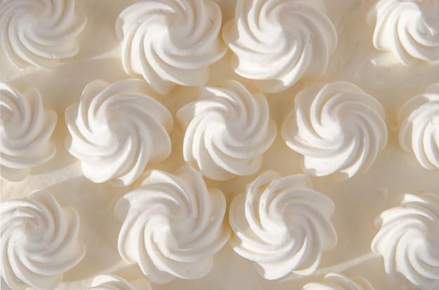 Weiße sahne auf kuchen in der sonne. hintergrund, textur