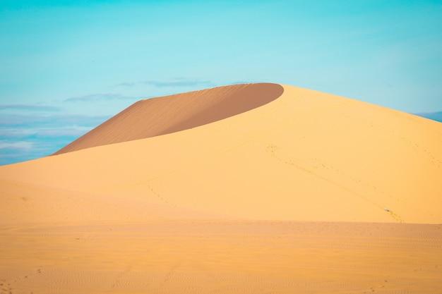 Weiße sanddüne ist populäre touristenattraktion in mui ne, vietnam