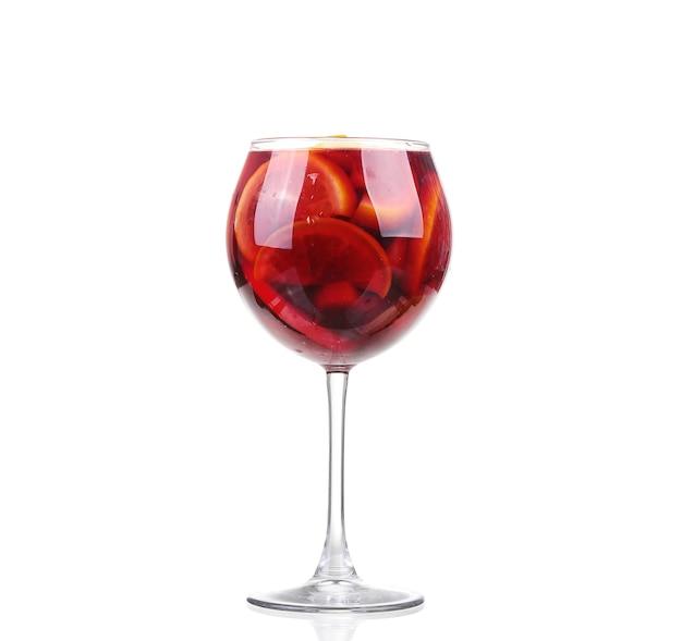 Weiße sangria im stielglas auf weißem hintergrund