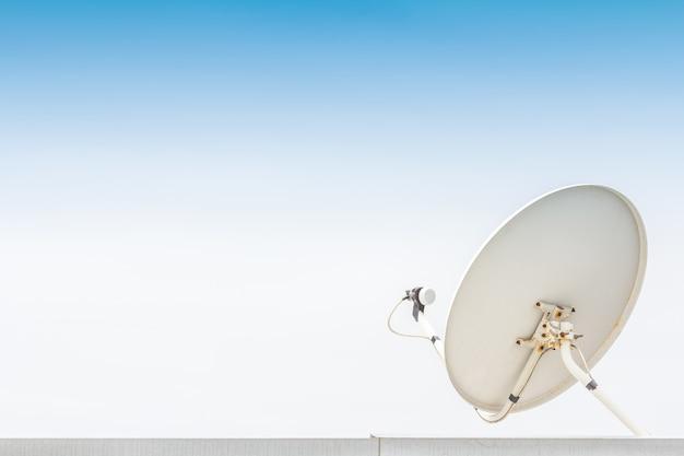 Weiße satellitenantenne.