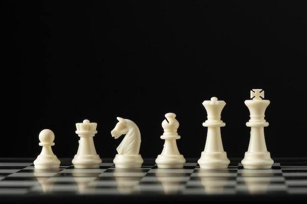 Weiße schachfiguren auf schachbrett