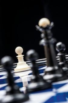 Weiße schachfiguren zu beginn der schlacht