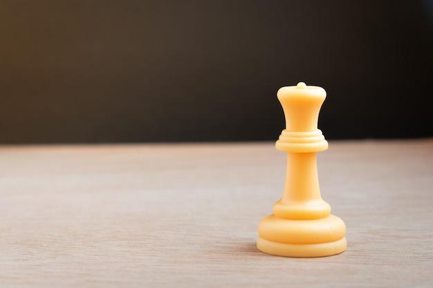 Weiße schachkönigin mit schwarzem hintergrund