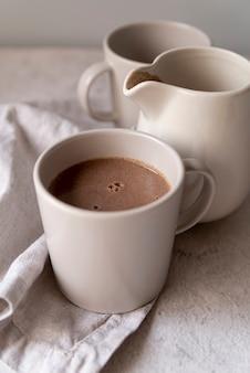 Weiße schalen der nahaufnahme köstlicher kaffee