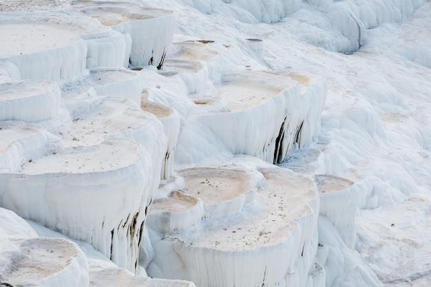 Weiße schalen mit getrockneten thermalquellen der stadt pamukkale.