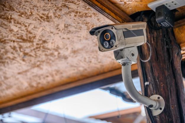Weiße schmutzige kugel überwachungskamera (videoüberwachung)
