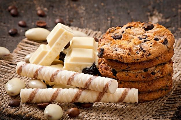 Weiße schokolade, mandeln und plätzchen auf einer holzoberfläche