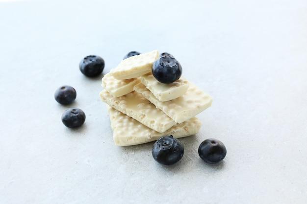 Weiße schokolade mit blaubeeren