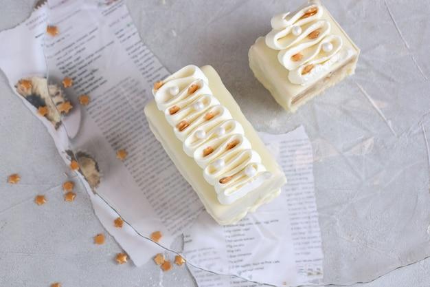 Weiße schokoladen-vanille-kuchen mit streuseln verziert