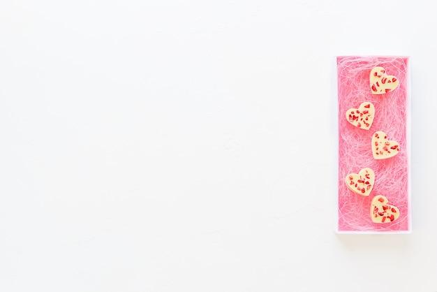 Weiße schokoladenherzen in einer geschenkbox