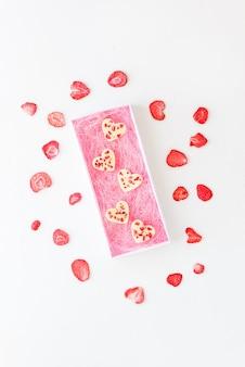 Weiße schokoladenherzen mit erdbeeren in einer geschenkbox