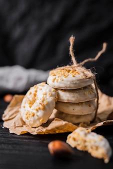 Weiße schokoladenplätzchen der vorderansicht
