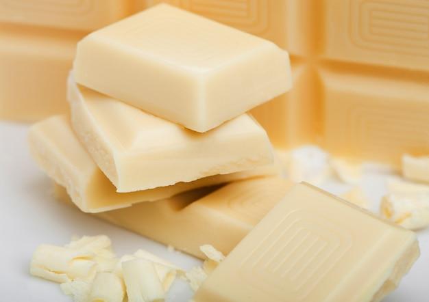 Weiße schokoladenstücke und locken