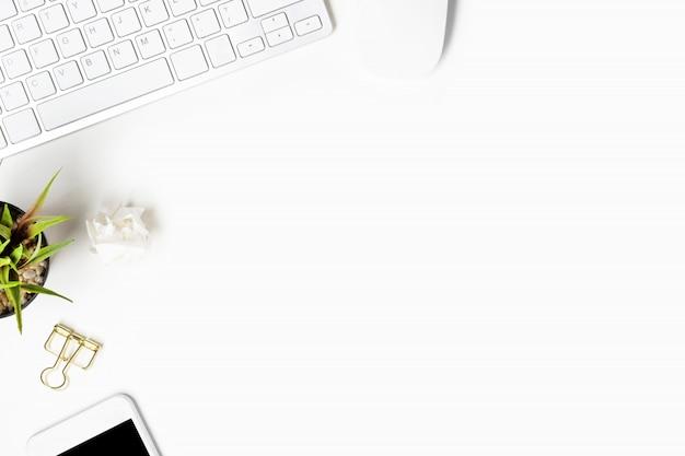 Weiße schreibtischtabelle mit computergeräten und -versorgungen.