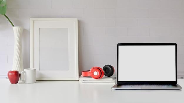 Weiße schreibtischtabelle mit exemplarplatz. vorderansichtarbeitsbereich, laptop und exemplarplatz