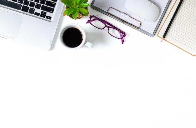 Weiße schreibtischtabelle mit laptop-computer