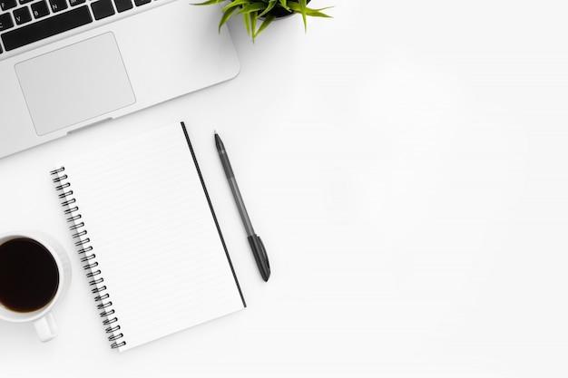 Weiße schreibtischtabelle mit leerem notizbuch, stift und tasse kaffee.