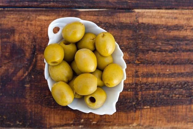 Weiße schüssel mit entbeinten grünen oliven